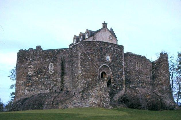 Dunstaffnage-Castle-Scotland-1.jpg